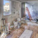 układanie płytek w domu podczas remontu