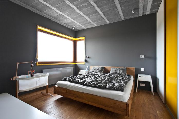minimalistyczne oświetlenie szarej sypialni - reflektorki